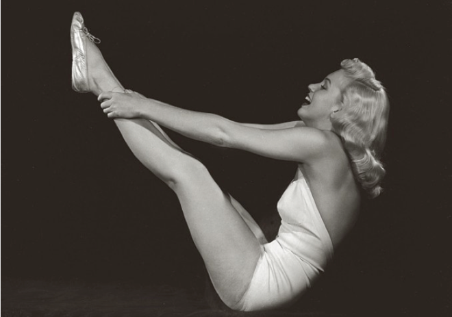 marilyn-monroe-yoga-boat-pose