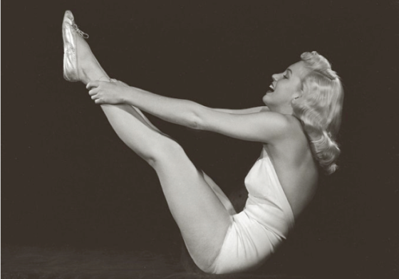 marilyn-monroe-yoga-boat-pose